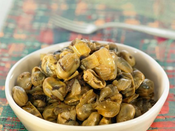Bohnen-Tapas mit Artischocken, Oliven und Zwiebeln
