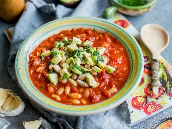 Bohnen-Tomaten-Eintopf mit Avocado und Pesto
