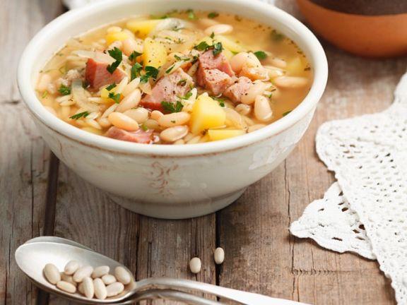 Bohnensuppe mit Risoni und Schinken