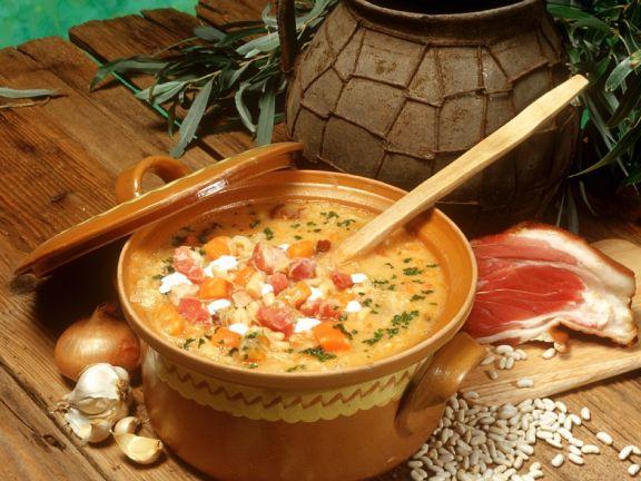 Bohnensuppe mit Schweinshaxse und Sauerkraut