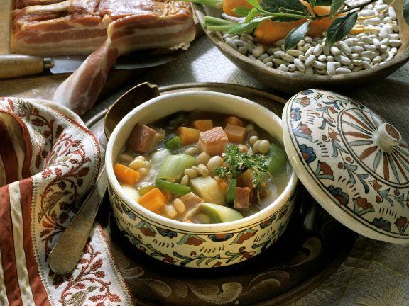 Bohnensuppe mit Speck, Lauch und Karotten