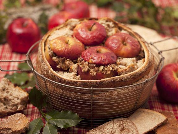 Bratäpfel im Brot serviert