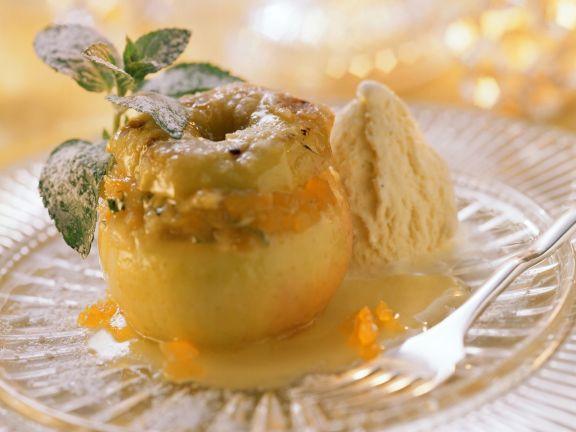 Bratapfel mit fruchtiger Marzipan-Füllung und Eis