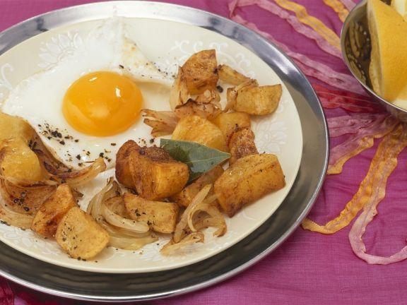 Bratkartoffeln mit indischen Gewürzen und Spiegelei