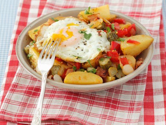 Bratkartoffeln mit Paprika, Speck und Ei