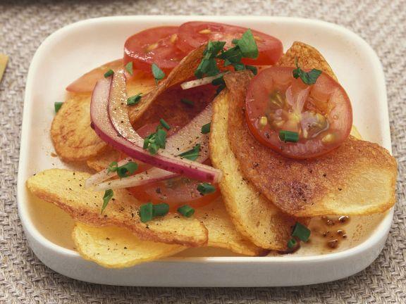 Bratkartoffelsalat mit Tomaten und roten Zwiebeln