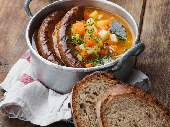 Bratwürste in Gemüsesuppe mit Kürbis, Kartoffeln und Sellerie