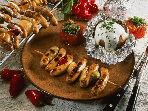 Bratwurstspieße mit Folienkartoffeln