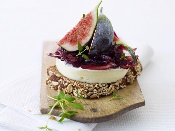 Brie-Snack mit Zwiebelchutney und Feigen