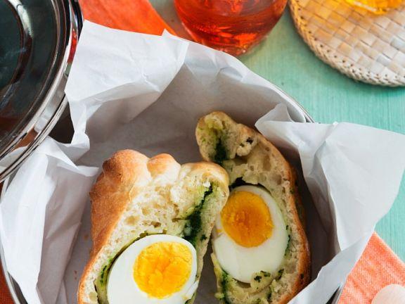 Brötchen gefüllt mit Ei und Spinat