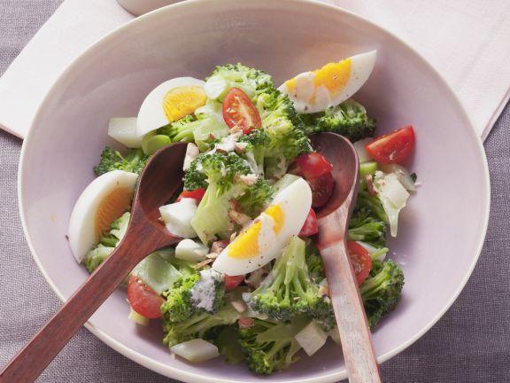 Brokkoli-Eier-Salat mit Nuss-Joghurt-Marinade