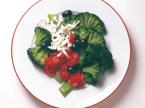 Brokkoli mit Tomatensauce und Schafskäse