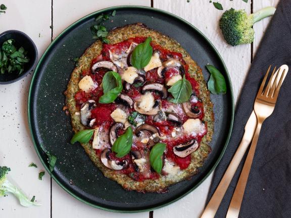 Brokkoli-Pizza mit Pilzen und Blauschimmelkäse