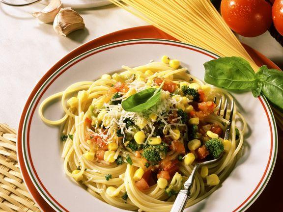 Brokkoli-Tomaten-Gemüse mit Nudeln