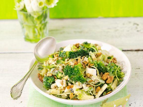 Brokkolisalat mit Ei, Sprossen, Apfel und Nüssen