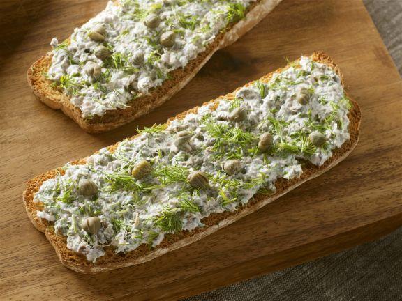 Brot mit Frischkäse, Anchovis, Kapern und Dill