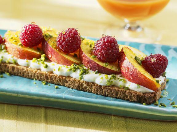 Brot mit Joghurt, Früchten und Honig