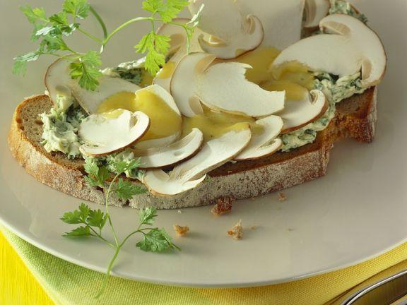 Brot mit Mayonnaise und Pilzen