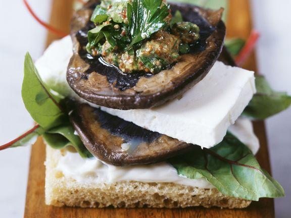 Brot mit Pilzen und Schafskäse