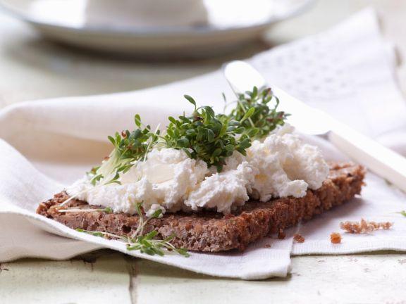 Brot mit Quarkaufstrich