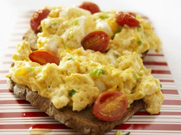 Brot mit Rührei mit Tomate