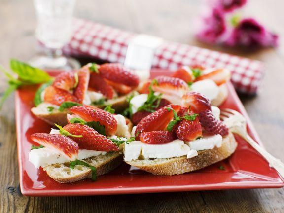 Brot mit Schafskäse und Erdbeeren