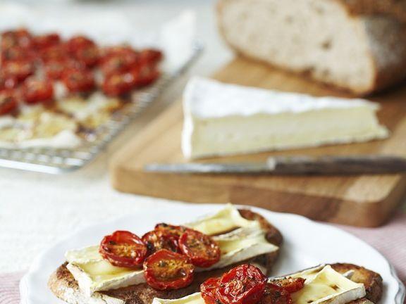 Brot mit Tomaten und Käse überbacken