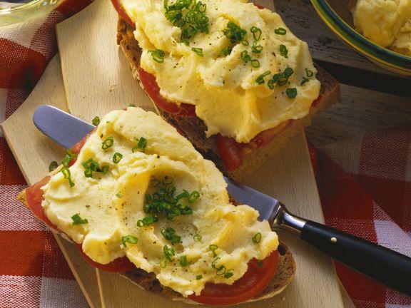 Brot mit Tomaten und Kartoffelaufstrich (Erdäpfelkäs)