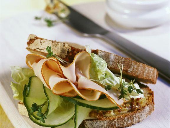 Brot-Sandwich mit Pute und Gurke