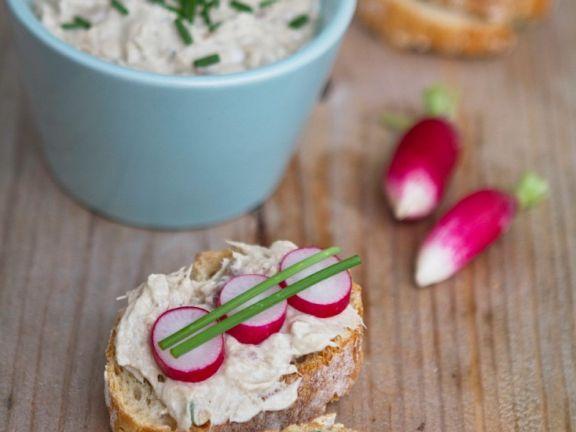 Brote mit Camembert-Rettich-Aufstrich und Radieschen