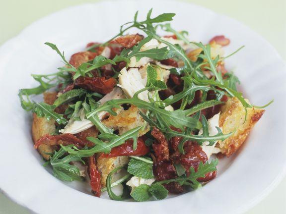Brotsalat mit Hähnchenbrust, Rucola und getrockneten Tomaten