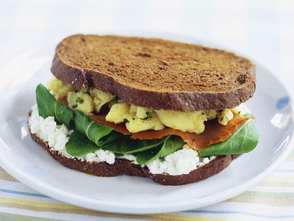 Brotsandwich mit Rührei und Lachs