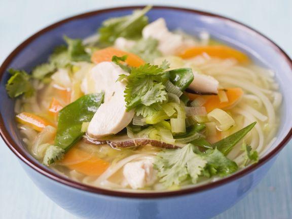 Brühe mit Reisnudeln, Hühnchen und Gemüse