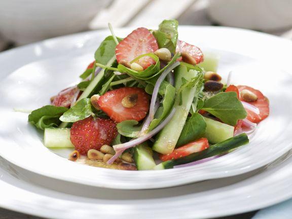 Brunnenkressesalat mit Gurke, Erdbeeren und Honig-Senf-Vinaigrette
