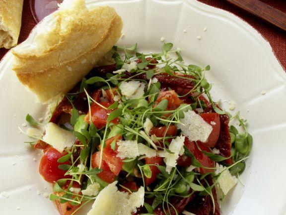 Brunnenkressesalat mit Saubohnen, Tomaten und Parmesan