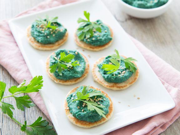 Buchweizen-Blinis mit Spirulina-Hummus