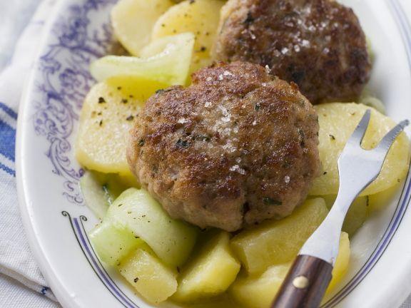 Buletten mit Gurken-Kartoffelsalat