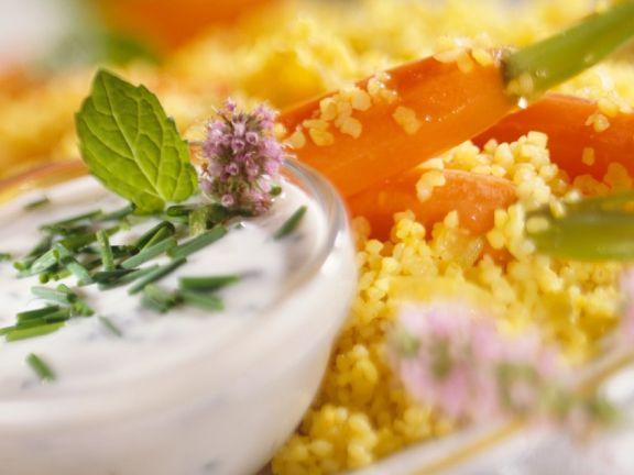 Bulgur mit Möhren und Joghurtcreme