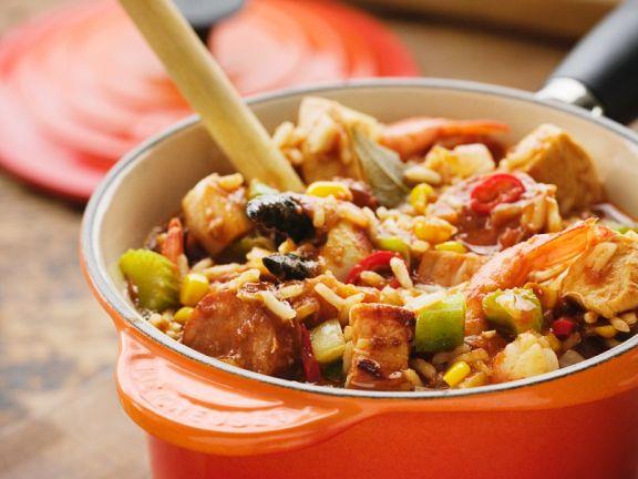 Bunt gemischter Fleisch-Eintopf mit Reis und Gemüse