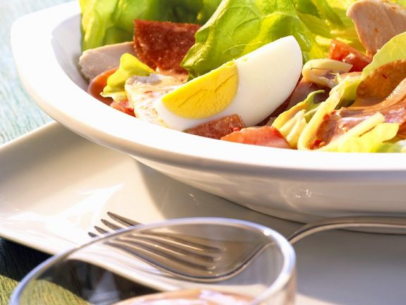 Bunt gemischter Salat mit Hähnchen, Käse und Wurst