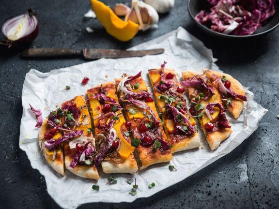 Bunte Dinkel-Pizza mit Kürbis