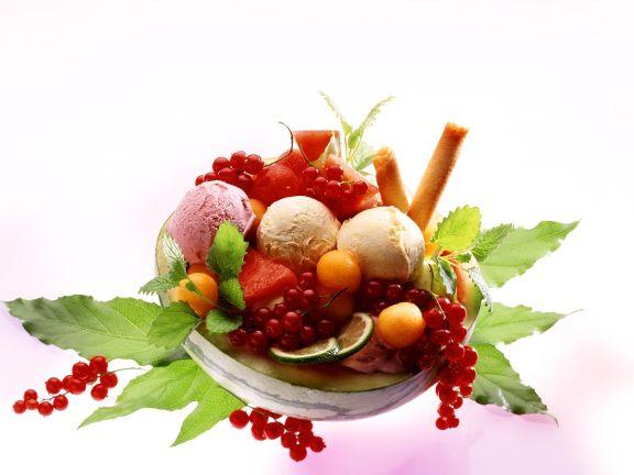 Bunte Früchte mit Eis