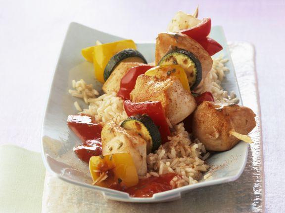Bunte Gemüse-Hähnchen-Spieße mit Tomatensugo