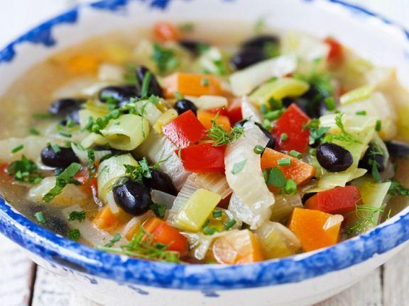 Bunte Gemüsesuppe mit Oliven