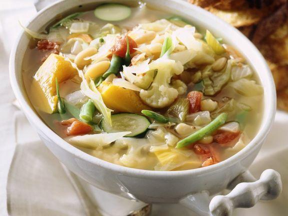 Bunte Gemüsesuppe mit Weißkohl
