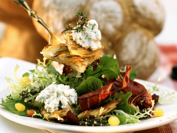 Bunter Blattsalat mit Rösti und Frischkäsecreme