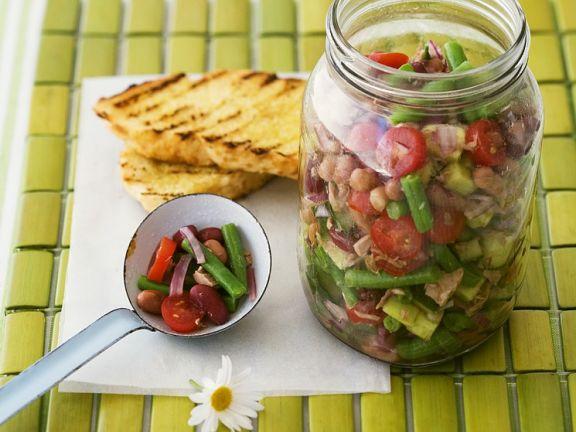 Bunter Gemüsesalat mit grünen Bohnen und Tomaten