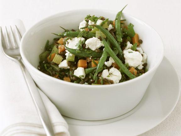 Bunter Gemüsesalat mit Grünen Bohnen Linsen und Schafskäse