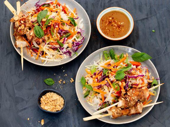 Bunter Reissalat mit Hähnchenspießen und Erdnuss-Dressing