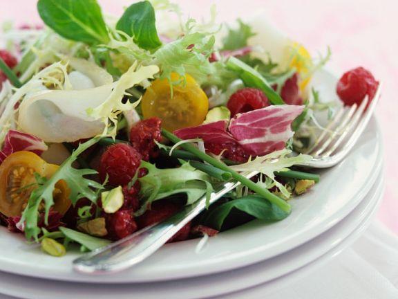 Bunter Salat mit Beeren